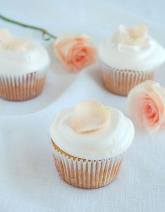 Vanilla cupcakes with rosewater icing / Cupcakes de baunilha com cobertura de água de rosas