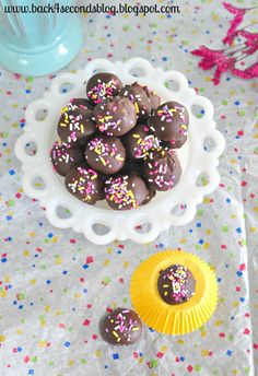 Skinny Caramel Truffles -Yes, SKINNY! And they're SO yummy!  http://backforsecondsblog.com #skinny #caramel #truffles #nobake #easy #sprinkles