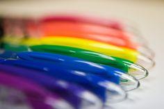 el boligrafo (rojo,amarillo,azul,verde,azul,morado)