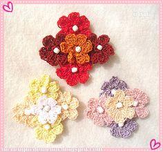 broches con cinco florcitas de seis pétalos en crochet.