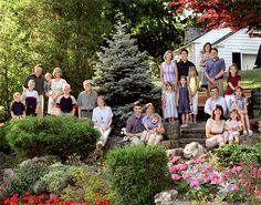 larg famili, group pose, gardening portrait, family portraits, famili pictur, famili portrait, family reunion portraits, famili photo, group photo