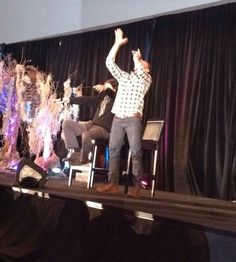 TorCon2014 - Jensen demonstrating how JJ reached for him to pick her up when she saw him on TV - Awwww...