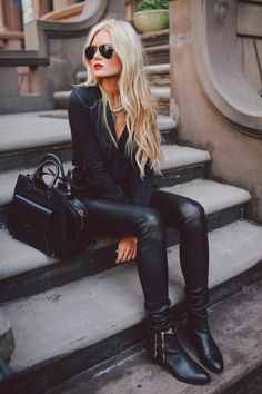 all black. yes yes yes. - barefoot blonde @Emily Schoenfeld Schoenfeld Schoenfeld Edwards Murder i feel like you could rock this and look amazing! black style, red lip, fashion, black outfits, rock chic, street style, blond, leather leggings, leather pants