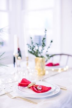 A Colorful Holiday Table | theglitterguide.com