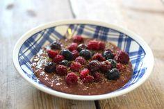 Lekker ontbijt: havermout met cacao, frambozen, lijnzaad en blauwe bessen - Lekker en Simpel