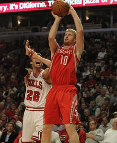 Chase Budinger knocks down a big trey vs. the Bulls