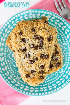 Oatmeal Chocolate Chip Breakfast Bars. These delicious bars are like a cross between a muffin and a scone!  #breakfast #chocolate