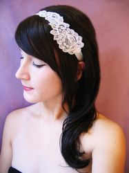 Love this idea for a hairpiece, simple yet beautiful!
