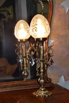 Lámpara de bronce antigua con globo de cristal. En la tienda de restauración de Lila. http://nuestrotallerderesta.wix.com/la-shop-de-lila#!lamparas-perchas-espejos-y-acc/c1x27