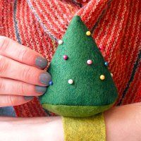 Christmas Tree Pincushion - Know someone that loves to sew? Make them this festive pincushion! #tutorial #pattern