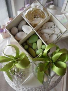 Bomboniere matrimonio sui toni del verde, con un misto di confetti dai gusti diversi in un'elegante scatolina a scomparti