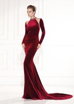 Tarik Ediz en rojo y burdeos: ¡Hechos para conquistar! #vestidosdefiesta #trajesdenoche #TarikEdiz #burgundy #rojo #terciopelo #encaje