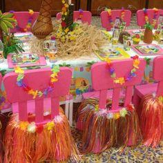 Sillas decoradas con faldas hawaianas
