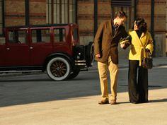 Sira Quiroga con abrigo mostaza y pantalón palazzo. El tiempo entre Costuras. Capítulo Final