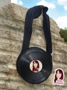 Bolsos con discos de vinilo*