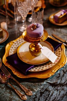 individual cake for each place setting - Traditional Style. I love the china patteren and the pop of purple. YUMM that little cake makes my mouth water.......