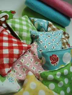 Bee In My Bonnet: Hot/Cold Bags Tutorial...  hand warmers