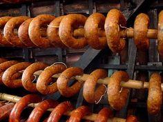 A alheira terá sido criada pelos cristãos novos, judeus obrigados à conversão ao cristianismo, como forma de manter os seus costumes. Assim, foi inventado este enchido que substituía o chouriço, utilizando carne de ave ao invés de carne de porco.