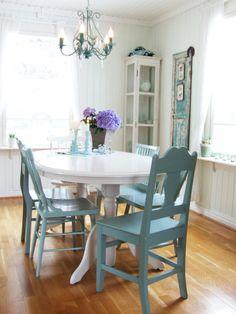 mismatched chairs painted in the same color for a relaxed yet chic style. Make sure that the scale and proportions of the chairs are similar or try to find pairs of chairs that match each other.