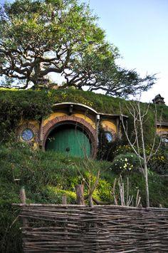 Hobbit house door, I SWEAR I WILL HAVE THIS.