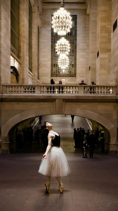 22 Incredible Photos Of Ballerinas In Urban Cityscapes Of New York City (photos by Luis Pons): Dawn Gierling at Grand Central Station.