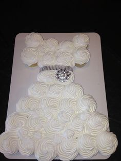 So cute! Wedding dress cupcakes for bridal shower. Doing this for my baby (well all grown-up now) cousin's bridal shower!