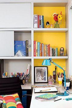 A arquiteta Renata Sandoli pintou o fundo da estante, feita pela Marcenaria Medeiros, de amarelo