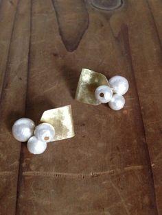 El perforar de latón y una perla de algodón