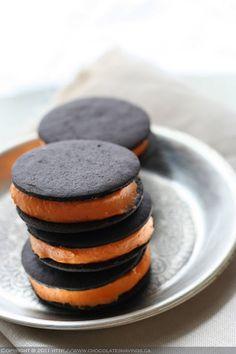 Festively hued No Bake Pumpkin Cheesecake Sandwich Cookies. #Halloween #food #cookies #pumpkin #dessert #fall #autumn