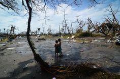 In Tacloban City, Leyte, Filippijnen kijken twee jongens naar de verwoesting veroorzaakt door de Tyfoon Haiyan. Photo: Dondi Tawatao/Getty