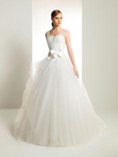 Vestido de novia corte princesa con detalle de lazo en la cintura - Foto Rosa Clará