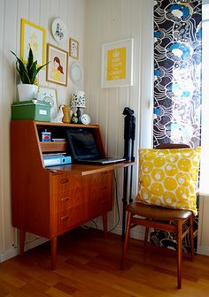 Interior lust... very midcentury modern with that lovely bureau! (Photo by Corrosiveheart on flickr)