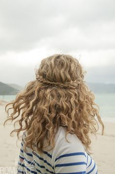 Braided half crown for curly hair. To see the tutorial, click on the photo.