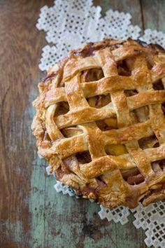 Classic Peach Pie Recipe • theVintageMixer.com #pie #peach