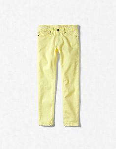 pantalon en serge élastique jaune  coût: 18,95€  existe en vert rouge rose bleu et noir