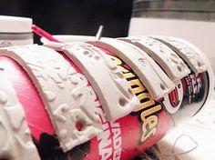 Armbänder Streifen mit Stempel bearbeiten und für die richtige Rundung zum Trocknen über Chipsdose legen