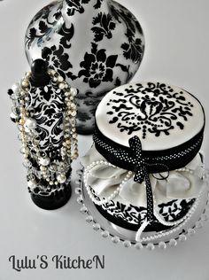 Cake que me hice para mi cumpleaños, de chocolate negro, relleno de natilla de chocolate. Caja redonda, joyero con perlas.