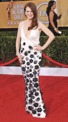 Julianne Moore at the 2014 SAG Awards. Get her look for less: http://howtobearedhead.com/lights-camera-action-red-carpet-looks-for-less/