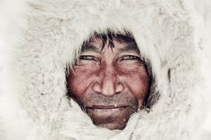 The Nenets still rely on traditional clothingsewn by the women. Nenets men wear aMalitsa, which is a coat with hood made ofaround 4 reindeer skins, fur on the insideand leather on the outside. In extremely coldconditions, men wear yet another layer of reindeer fur, known as a Gus.