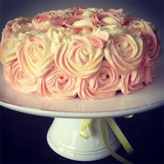 Sjokoladekake med roser og creme cheese frosting
