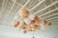 Agrupa pompones de papel en el centro del techo para crear una ancla visual / Group paper pompoms in the center of the roof for a visual anchor
