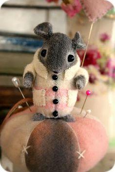 absolut ador, mice, craft, folk art, mous drop, mous pincushion, pin cushion, needl felt, pincushion diy