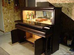 Hmm, huvitav miks klaver küll häälest ära on. Klaverist hea baarikapp.
