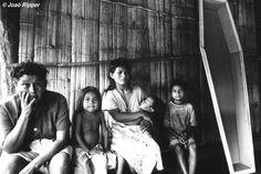 A las muertes violentas hay que sumar la lacra de suicidios sin igual que asola a los guaraníes brasileños. Desde 1981 más de 625 guaraníes se han quitado la vida. La más joven tenía sólo nueve años. Esta epidemia es consecuencia de la devastación que sufre este pueblo indígena por la pérdida de sus tierras.