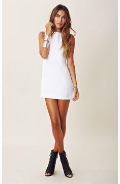 Vestido Curto Branco, Botins Peep Toe e Acessórios Prateados.