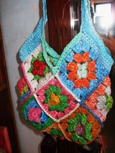 Granny square purse made with Plarn.    Note: this blog is in Spanish