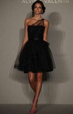 Very chic LBD...great for the holiday season!  ᘡnᘠ