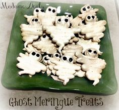 Halloween Recipes: Meringue Ghosts #halloween #halloweenrecipes #recipes