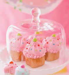 meringue-cupcakes in glass dome