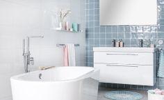 Een vrijstaand bad lijkt alleen mogelijk in een grotere ruimte, dit ontwerp bewijst het tegendeel!